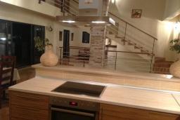 Кухня. Черногория, Муо : Роскошная вилла в 100 метрах от пляжа, с бассейном и видом на море, 5 спален, 4 ванные комнаты, барбекю, парковка, Wi-Fi