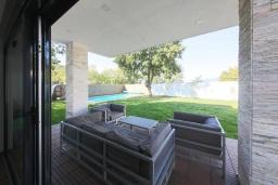 Патио. Черногория, Мирац : Современная вилла с бассейном и зеленый двориком с барбекю, 3 спальни, парковка, Wi-Fi