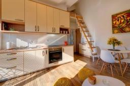 Кухня. Черногория, Селяново : Современный апартамент с гостиной, отдельной спальней и балконом