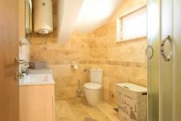 Ванная комната. Черногория, Селяново : Современный апартамент с гостиной, отдельной спальней и балконом