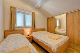 Спальня. Черногория, Селяново : Современный апартамент с гостиной, отдельной спальней и балконом