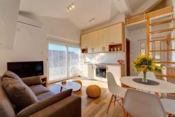 Гостиная. Черногория, Селяново : Современный апартамент с гостиной, отдельной спальней и балконом