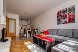Гостиная. Черногория, Селяново : Апартамент с гостиной, отдельной спальней и балконом