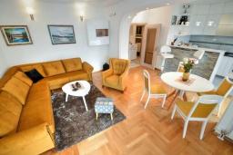 Гостиная. Черногория, Доброта : Прекрасный апартамент в 60 метрах от пляжа с террасой и барбекю, балконом с шикарным видом на море, просторной гостиной, 2-мя спальнями