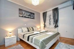 Спальня. Черногория, Доброта : Прекрасный апартамент в 60 метрах от пляжа с террасой и барбекю, балконом с шикарным видом на море, просторной гостиной, 2-мя спальнями