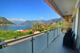 Балкон. Черногория, Доброта : Прекрасный апартамент в 60 метрах от пляжа с террасой и барбекю, балконом с шикарным видом на море, просторной гостиной, 2-мя спальнями