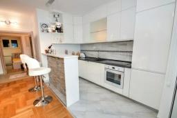 Кухня. Черногория, Доброта : Прекрасный апартамент в 60 метрах от пляжа с террасой и барбекю, балконом с шикарным видом на море, просторной гостиной, 2-мя спальнями