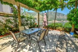Терраса. Черногория, Доброта : Прекрасный апартамент в 60 метрах от пляжа с террасой и барбекю, балконом с шикарным видом на море, просторной гостиной, 2-мя спальнями