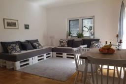 Гостиная. Черногория, Кумбор : Апартамент с гостиной, отдельной спальней и балконом с видом на море