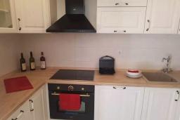Кухня. Черногория, Кумбор : Апартамент с гостиной, отдельной спальней и балконом с видом на море