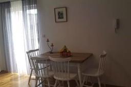 Обеденная зона. Черногория, Кумбор : Апартамент с гостиной, отдельной спальней и балконом с видом на море