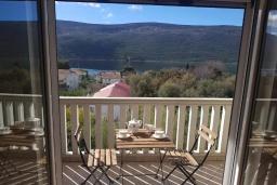 Балкон. Черногория, Кумбор : Апартамент с гостиной, отдельной спальней и балконом с видом на море