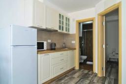 Кухня. Черногория, Обала Джурашевича : Апартамент на берегу моря с гостиной, отдельной спальней и террасой