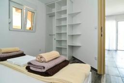 Спальня. Черногория, Обала Джурашевича : Апартамент на берегу моря с гостиной, отдельной спальней и террасой