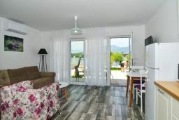 Гостиная. Черногория, Обала Джурашевича : Апартамент на берегу моря с гостиной, отдельной спальней и террасой