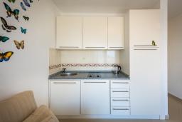 Кухня. Черногория, Бечичи : Студия с балконом и видом на море