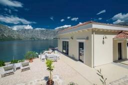 Терраса. Черногория, Столив : Роскошная вилла с бассейном и шикарным видом на море, 50 метрах до пляжа, 4 спальни, 4 ванные комнаты, джакузи, барбекю, парковка, Wi-Fi