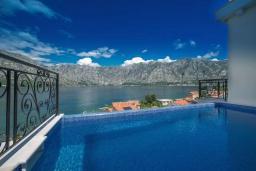 Бассейн. Черногория, Столив : Роскошная вилла с бассейном и шикарным видом на море, 50 метрах до пляжа, 4 спальни, 4 ванные комнаты, джакузи, барбекю, парковка, Wi-Fi