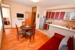 Гостиная. Черногория, Тиват : Апартамент в 20 метрах от моря, с гостиной, тремя спальнями и террасой