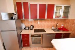 Кухня. Черногория, Тиват : Апартамент в 20 метрах от моря, с гостиной, тремя спальнями и террасой