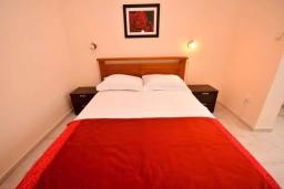 Спальня 2. Черногория, Тиват : Апартамент в 20 метрах от моря, с гостиной, тремя спальнями и террасой