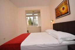 Спальня. Черногория, Тиват : Апартамент в 20 метрах от моря, с гостиной, тремя спальнями и террасой