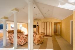 Гостиная. Черногория, Рафаиловичи : Апартамент с гостиной, тремя спальнями и большим балконом
