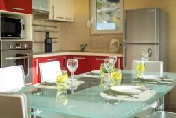 Кухня. Черногория, Рафаиловичи : Апартамент с гостиной, тремя спальнями и большим балконом