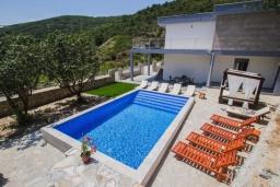 Бассейн. Черногория, Подострог : Прекрасная вилла с бассейном и двориком с барбекю, 3 спальни, 2 ванные комнаты, сауна, парковка, Wi-Fi