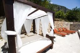 Зона отдыха у бассейна. Черногория, Подострог : Прекрасная вилла с бассейном и двориком с барбекю, 3 спальни, 2 ванные комнаты, сауна, парковка, Wi-Fi