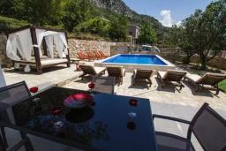 Обеденная зона. Черногория, Подострог : Прекрасная вилла с бассейном и двориком с барбекю, 3 спальни, 2 ванные комнаты, сауна, парковка, Wi-Fi