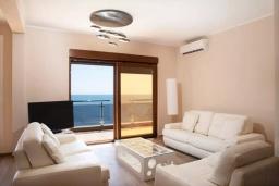 Гостиная. Черногория, Добра Вода : Роскошный апартамент в комплексе с бассейном и прекрасным видом на море, большая гостиная, 3 спальни, 3 ванные комнаты, джакузи