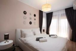 Спальня. Черногория, Добра Вода : Роскошный апартамент в комплексе с бассейном и прекрасным видом на море, большая гостиная, 3 спальни, 3 ванные комнаты, джакузи