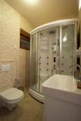 Ванная комната. Черногория, Добра Вода : Роскошный апартамент в комплексе с бассейном и прекрасным видом на море, большая гостиная, 3 спальни, 3 ванные комнаты, джакузи