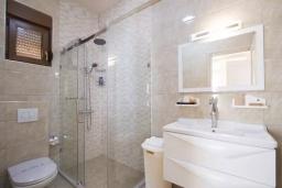 Ванная комната 2. Черногория, Добра Вода : Роскошный апартамент в комплексе с бассейном и прекрасным видом на море, большая гостиная, 3 спальни, 3 ванные комнаты, джакузи