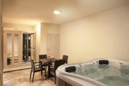 Прочее. Черногория, Добра Вода : Роскошный апартамент в комплексе с бассейном и прекрасным видом на море, большая гостиная, 3 спальни, 3 ванные комнаты, джакузи
