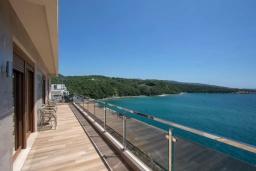 Балкон. Черногория, Добра Вода : Роскошный апартамент в комплексе с бассейном и прекрасным видом на море, большая гостиная, 3 спальни, 3 ванные комнаты, джакузи