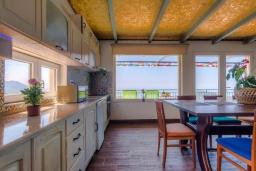 Кухня. Черногория, Будва : Прекрасная вилла с бассейном и видом на море, 5 спален, 3 ванные комнаты, барбекю, парковка, Wi-Fi
