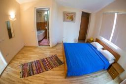 Спальня. Черногория, Рафаиловичи : Апартамент в 50 метрах от пляжа, с 2-мя спальнями и большим балконом с видом на море