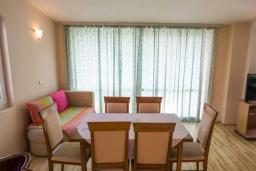 Обеденная зона. Черногория, Рафаиловичи : Апартамент в 50 метрах от пляжа, с 2-мя спальнями и большим балконом с видом на море