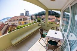 Балкон. Черногория, Рафаиловичи : Апартамент в 50 метрах от пляжа, с 2-мя спальнями и большим балконом с видом на море