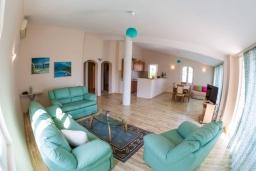 Гостиная. Черногория, Рафаиловичи : Апартамент в 50 метрах от пляжа, с 2-мя спальнями и большим балконом с видом на море