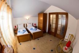Спальня 2. Черногория, Рафаиловичи : Апартамент в 50 метрах от пляжа, с 2-мя спальнями и балконом с видом на море