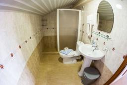 Ванная комната. Черногория, Рафаиловичи : Апартамент в 50 метрах от пляжа, с 2-мя спальнями и балконом с видом на море