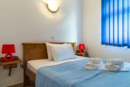 Спальня. Черногория, Рафаиловичи : Апартамент в 50 метрах от пляжа, с 2-мя спальнями и балконом с видом на море