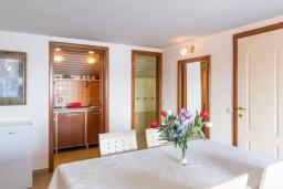 Обеденная зона. Черногория, Рафаиловичи : Апартамент в 50 метрах от пляжа, с 2-мя спальнями и балконом с видом на море