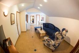 Гостиная. Черногория, Рафаиловичи : Апартамент в 50 метрах от пляжа, с 2-мя спальнями и балконом с видом на море