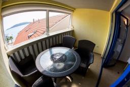 Балкон. Черногория, Рафаиловичи : Апартамент в 50 метрах от пляжа, с 2-мя спальнями и балконом с видом на море