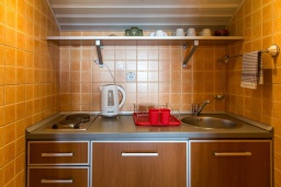 Кухня. Черногория, Рафаиловичи : Апартамент в 50 метрах от пляжа, с 2-мя спальнями и балконом с видом на море