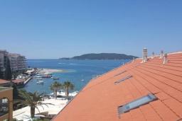 Вид на море. Черногория, Рафаиловичи : Апартамент в 50 метрах от пляжа, с 2-мя спальнями и балконом с видом на море